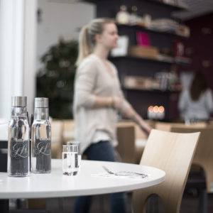 Karaffer med vatten i restaurang